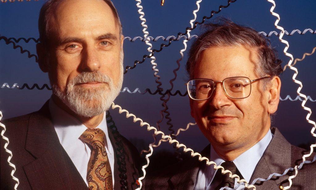 Вінтан Серф (Vinton Cerf), злева і Роберт Кан (Robert Kahn) - людзі, якія распрацавалі першы Інтэрнет-пратакол
